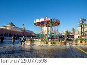 Купить «Москва. Детская карусель на новогодней ГУМ-ярмарке на Красной площади», фото № 29077598, снято 9 января 2018 г. (c) Елена Коромыслова / Фотобанк Лори