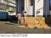 Купить «Рабочие  ремонтируют  фундамент здания Липецк», фото № 29077630, снято 13 сентября 2018 г. (c) Евгений Будюкин / Фотобанк Лори