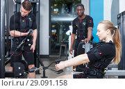 Купить «men and girl performing full-body ems training», фото № 29091158, снято 16 апреля 2018 г. (c) Яков Филимонов / Фотобанк Лори