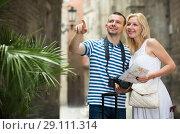 Купить «Young traveling man and girl walking in city», фото № 29111314, снято 21 сентября 2018 г. (c) Яков Филимонов / Фотобанк Лори