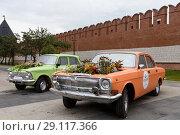 Купить «Город Тула. Автомобили с цветочными клумбами возле стен Тульского Кремля», эксклюзивное фото № 29117366, снято 10 сентября 2018 г. (c) Игорь Низов / Фотобанк Лори