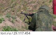 Купить «Солдат с пулеметом в окопе», видеоролик № 29117454, снято 21 сентября 2018 г. (c) Игорь Долгов / Фотобанк Лори