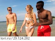 Купить «happy friends walking along summer beach», фото № 29124282, снято 29 июля 2018 г. (c) Syda Productions / Фотобанк Лори
