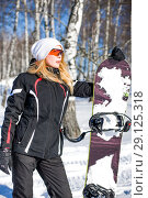 Купить «Young adult woman snowboarder holding snow board», фото № 29125318, снято 18 марта 2018 г. (c) katalinks / Фотобанк Лори