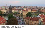 Купить «Туристы в Праге, Карлов мост, вид на город сверху», видеоролик № 29125774, снято 19 сентября 2018 г. (c) Яна Королёва / Фотобанк Лори