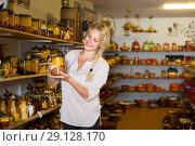 Купить «Female customer in ceramics workshop», фото № 29128170, снято 16 декабря 2018 г. (c) Яков Филимонов / Фотобанк Лори