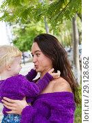 Купить «Эмоциональные мама и дочь гуляют по городу», фото № 29128662, снято 21 сентября 2018 г. (c) Момотюк Сергей / Фотобанк Лори