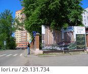 Купить «Рекламный плакат от застройщика ЖК «Афродита» на Фабричной улице. Деревня Пирогово. Мытищинский район. Московская область», эксклюзивное фото № 29131734, снято 25 мая 2015 г. (c) lana1501 / Фотобанк Лори
