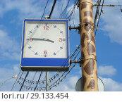 Купить «Уличные часы на фонарном столбе около зоопарка. Пресненский район. Город Москва», эксклюзивное фото № 29133454, снято 13 мая 2015 г. (c) lana1501 / Фотобанк Лори