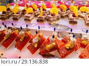 Купить «Пироженые в ресторане», фото № 29136838, снято 29 августа 2018 г. (c) Beerkoff / Фотобанк Лори