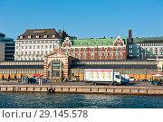 Старый крытый рынок. Набережная Хельсинки. Солнечный день ранней осенью. Финляндия (2018 год). Редакционное фото, фотограф E. O. / Фотобанк Лори