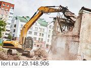 Купить «excavator crasher machine at demolition on construction site», фото № 29148906, снято 7 июля 2018 г. (c) Дмитрий Калиновский / Фотобанк Лори