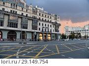 Moscow, Russia - September 22. 2018. Teatralny passage and hotel Metropol. Редакционное фото, фотограф Володина Ольга / Фотобанк Лори