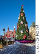 Купить «Москва. Новогодняя елка на Красной площади рядом со зданием ГУМа», фото № 29162794, снято 9 января 2018 г. (c) Елена Коромыслова / Фотобанк Лори