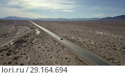 Highway with moving SUV car in Death Valley in USA (2018 год). Стоковое видео, видеограф Andriy Bezuglov / Фотобанк Лори