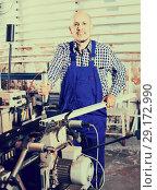 Купить «Labour working on lathe machine», фото № 29172990, снято 17 октября 2018 г. (c) Яков Филимонов / Фотобанк Лори