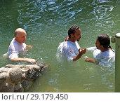 Купить «Паломники совершают омовение в святых водах реки Иордан. Израиль», фото № 29179450, снято 6 октября 2012 г. (c) Ирина Борсученко / Фотобанк Лори