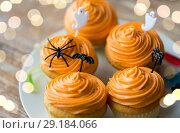 Купить «halloween party decorated cupcakes on plate», фото № 29184066, снято 6 июля 2017 г. (c) Syda Productions / Фотобанк Лори