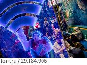 """Купить «Место предоставления бесплатного Wi-Fi на фоне баннера с изображением героев полнометражного мультфильма """"Ральф против Интернета"""" на фестивале Comic Con Russia», фото № 29184906, снято 6 октября 2018 г. (c) Николай Винокуров / Фотобанк Лори"""