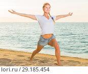 Купить «Smiling adult woman in white T-shirt is doing excercises on endurance», фото № 29185454, снято 17 июля 2017 г. (c) Яков Филимонов / Фотобанк Лори