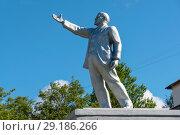 Купить «Памятник В.И.Ленину на Казанском проспекте у здания вышневолоцкой районной больницы. Вышний Волочек», эксклюзивное фото № 29186266, снято 6 августа 2018 г. (c) Александр Щепин / Фотобанк Лори