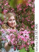 Купить «Девушка в садах», эксклюзивное фото № 29187406, снято 12 мая 2018 г. (c) Инна Козырина (Трепоухова) / Фотобанк Лори