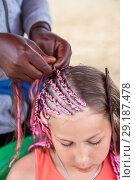 Купить «Руки афро американской женщины плетут косы с розовой нитью на голове девочки», фото № 29187478, снято 19 июля 2018 г. (c) Кекяляйнен Андрей / Фотобанк Лори