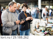 Купить «Mature couple is looking retro things at the fleamarket», фото № 29188262, снято 23 октября 2017 г. (c) Яков Филимонов / Фотобанк Лори
