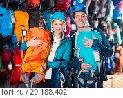Купить «Glad couple in shop chooses backpacks», фото № 29188402, снято 25 октября 2017 г. (c) Яков Филимонов / Фотобанк Лори