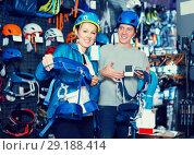 Купить «Athletes chooses climbing equipment», фото № 29188414, снято 25 октября 2017 г. (c) Яков Филимонов / Фотобанк Лори