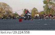 Купить «Прохождение поворота на мотоцикле на маленьких скоростях, джимхана», видеоролик № 29224558, снято 30 мая 2018 г. (c) Кекяляйнен Андрей / Фотобанк Лори