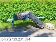 Пьяный мужчина с зеленой фуражкой в руке спит на скамейке в сквере (2018 год). Редакционное фото, фотограф Ирина Борсученко / Фотобанк Лори