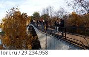 Купить «Moscow, Russia - October 14. 2018. people on pedestrian bridge in Izmailovo Park», видеоролик № 29234958, снято 15 октября 2018 г. (c) Володина Ольга / Фотобанк Лори
