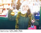 Купить «Girl is demonstraiting balls for Christmas tree», фото № 29240766, снято 19 декабря 2017 г. (c) Яков Филимонов / Фотобанк Лори