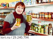 Купить «Mature woman with preserved peas», фото № 29240794, снято 15 декабря 2017 г. (c) Яков Филимонов / Фотобанк Лори