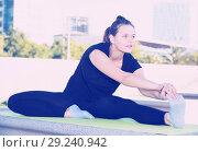 Купить «Girl doing workout outdoors», фото № 29240942, снято 5 июля 2017 г. (c) Яков Филимонов / Фотобанк Лори
