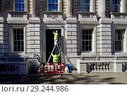 Купить «Workmen working on a government building in Whitehall, Westminster, London, England, UK.», фото № 29244986, снято 21 сентября 2018 г. (c) age Fotostock / Фотобанк Лори