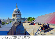 Купить «Office workers eating lunch on the roof of One New Change with a view of St Paul's Cathedral, London, England, UK.», фото № 29245070, снято 26 сентября 2018 г. (c) age Fotostock / Фотобанк Лори