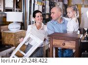 Купить «family is considering the options curbstone», фото № 29248422, снято 27 декабря 2017 г. (c) Яков Филимонов / Фотобанк Лори