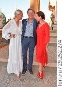 Valentina Pahde, Wolfgang Bahro, Ulrike Frank at Burda-Sommerfest... (2018 год). Редакционное фото, фотограф AEDT / WENN.com / age Fotostock / Фотобанк Лори