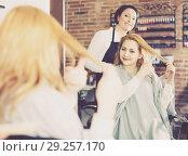 Купить «Woman 25-30 years old is showing to haircutter at what length to cut hair.», фото № 29257170, снято 7 марта 2017 г. (c) Яков Филимонов / Фотобанк Лори