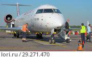 Купить «Passengers leave the plane», видеоролик № 29271470, снято 1 августа 2018 г. (c) Андрей Радченко / Фотобанк Лори