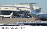 Купить «Soviet cargo plane IL-76 performs taxiing before takeoff», видеоролик № 29271574, снято 1 августа 2018 г. (c) Андрей Радченко / Фотобанк Лори