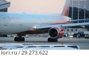 Купить «The plane performs taxiing at the airport taxiway», видеоролик № 29273622, снято 1 августа 2018 г. (c) Андрей Радченко / Фотобанк Лори