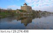 Купить «Вид на замок Германа октябрьским днем. Нарва, Эстония», видеоролик № 29274498, снято 17 октября 2018 г. (c) Виктор Карасев / Фотобанк Лори