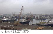 Купить «Январское облачное утро в бухте Ильича. Грузовой порт Баку, Азербайджан», видеоролик № 29274570, снято 4 января 2018 г. (c) Виктор Карасев / Фотобанк Лори