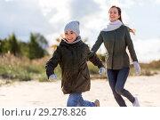 Купить «happy family running along autumn beach», фото № 29278826, снято 29 сентября 2018 г. (c) Syda Productions / Фотобанк Лори
