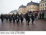 Купить «Отряд королевских гвардейцев на марше. Фрагмент церемонии развода караула у Королевского дворца, Стокгольм,», фото № 29278886, снято 29 августа 2016 г. (c) Виктор Карасев / Фотобанк Лори