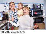 Купить «Family choosing microwave», фото № 29289546, снято 24 января 2019 г. (c) Яков Филимонов / Фотобанк Лори