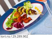 Купить «Plate of delicious chicken hearts on skewer», фото № 29289902, снято 15 декабря 2018 г. (c) Яков Филимонов / Фотобанк Лори